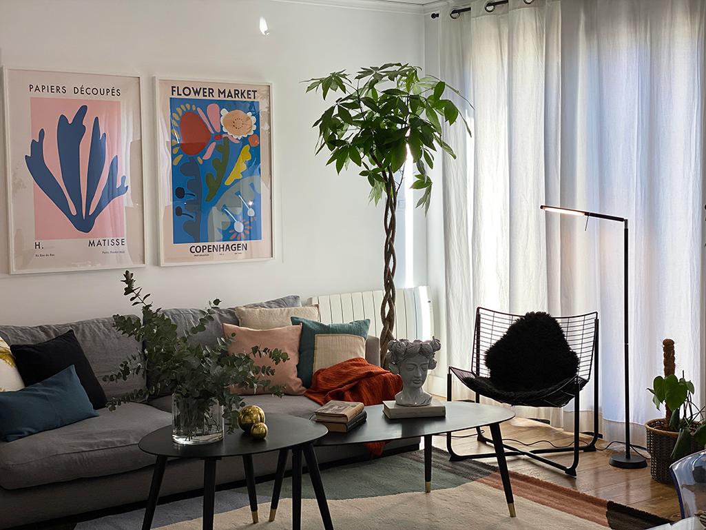 Diseño de interior de un salón con estilo moderno y colorido.